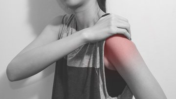 A women with shoulder pain.